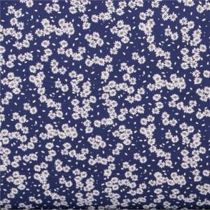 Tissu fleuri en popeline de coton imprimé sur un fond bleu | new tess