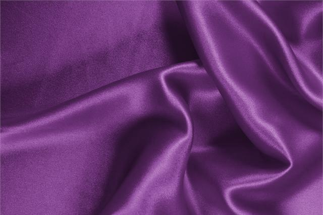 Acquista online il nostro tessuto per abbigliamento, sartoria e moda Crêpe Satin Viola Ametista, Made in Italy. - new tess