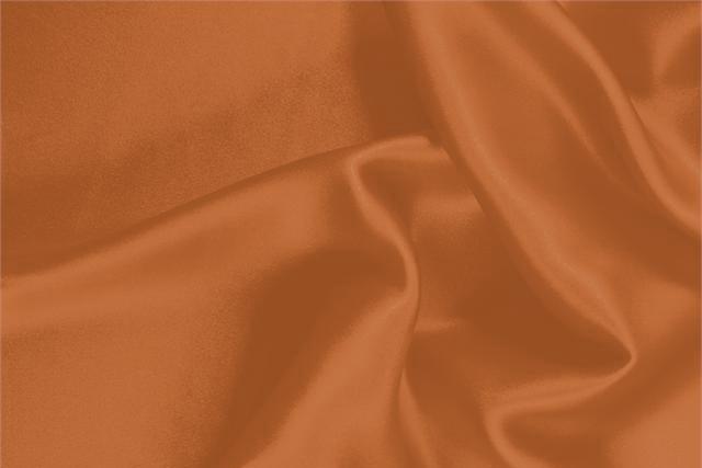 Acquista online il nostro tessuto per abbigliamento, sartoria e moda Crêpe Satin Arancione 'Caco' in Seta, Made in Italy. - new tess